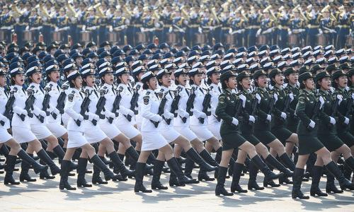 Khối nữ quân nhânTrung Quốcdiễu qua lễ đài tronglễ duyệt binh. Ảnh: AFP.