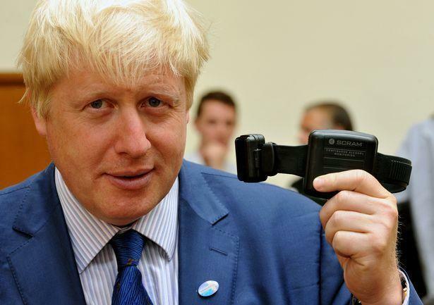 Thủ tướng Anh Boris Johnson từng cho thử nghiệm loại vòng này khi còn giữ chức thị trưởng thành phố London. Ảnh: PA.