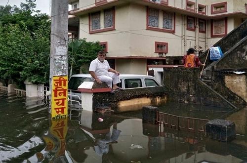 Ấn Độ hứng chịu mưa lũ khốc liệt nhất trong 25 năm - ảnh 1