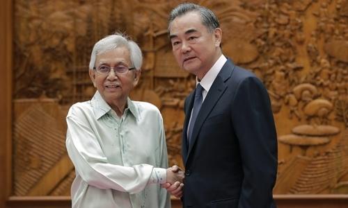 DaimZainuddin (trái) và Ngoại trưởng Trung Quốc Vương Nghị tại Bắc Kinh tháng 7/2018. Ảnh: Reuters.