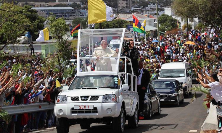 Giáo hoàng Francis đitrên chiếc bán tải Nissan đã được chỉnh sửa khi ông tới Mauritius hồi đầu tháng 9. Ảnh: ABC Coach Works