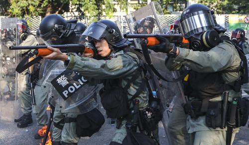 Cảnh sát chống bạo động Hong Kong được triển khai để đối phó người biểu tình hôm 1/10. Ảnh: SCMP.