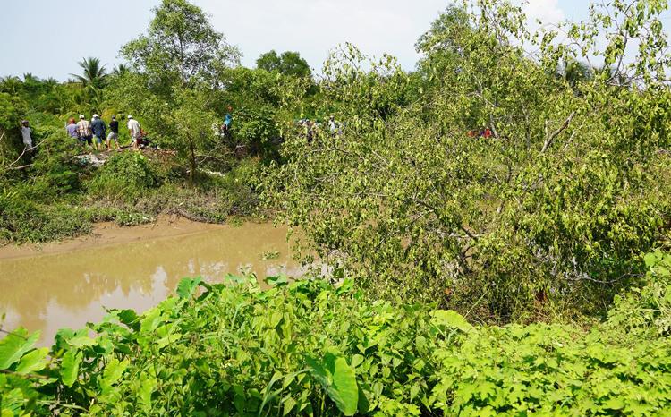 Con kênh sau khi xe đưa lên bờ và lúcnước đã rút cạn. Ảnh:Hoàng Nam.
