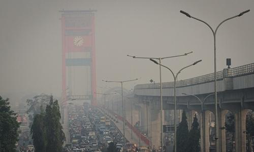 Palembang, Indonesia chìm trong lớp không khí ô nhiễm ngày 18/9. Ảnh: AFP.