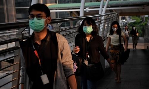 Người dân đeo khẩu trang khi đi đường tại Bangkok ngày 30/9. Ảnh: AFP.