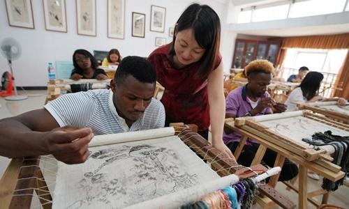 Các sinh viên châu Phi tham gia lớp học thêu tại Đại học Tân Dư, phía đông tỉnh Giang Tây, Trung Quốc, hồi năm 2018. Ảnh: News.cn.