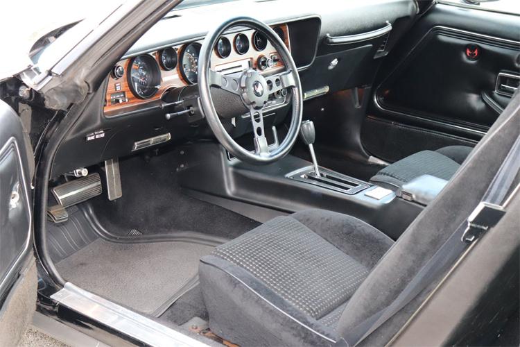 Một chiếc xe nhiều năm tuổi có thể vẫn chạy tốt nhờ động cơ bền bỉ, nhưng nội thất có thể đã rất cũ, vật liệu bề mặt hoen ố, và hệ thống điện tử lỗi thời. Ảnh: Motorious