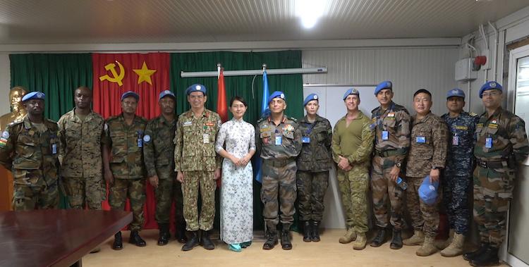 chụp cùng chỉ huy BVDC2.1 nhân chuyến thăm và làm việc của Ngài Tư lệnh
