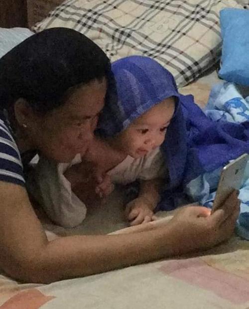 Gương mặt và hành động của em bé đốn tim người xem.