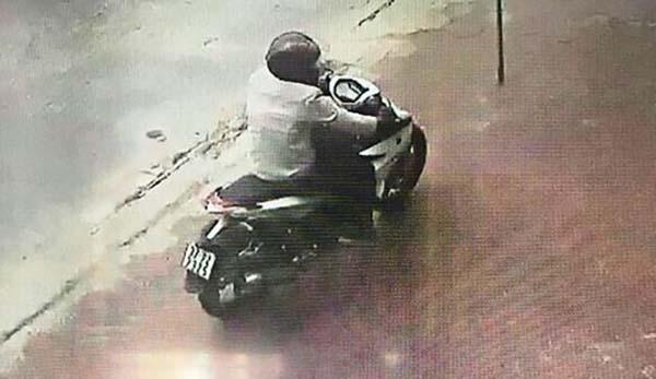 Hình ảnh Đào Xuân Tư tẩu thoát khỏi hiện trường bị camera ghi lại. Ảnh chụp màn hình.