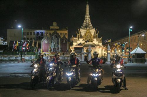 Đoàn xe dừng chân tại một địa điểm tại Thái Lan.