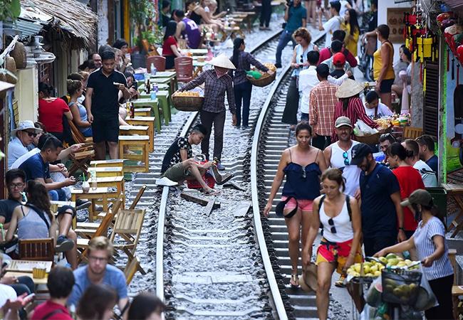 Nhiều quán cà phê mọc lên trong lòng hành lang an toàn đường sắt ở Hà Nội. Ảnh: Giang Huy.