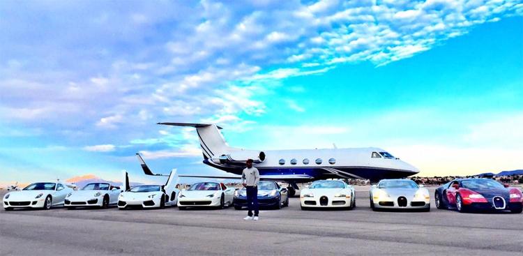 Mayweather và những chiếc siêu xe trong bộ sưu tập riêng, hồi tháng 1/2015. Ảnh: Twitter