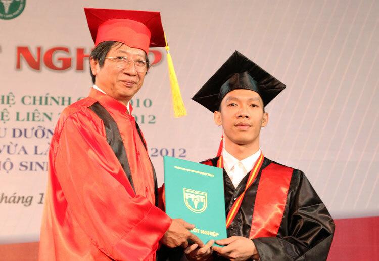 Sinh viên trường Đại học Y khoa Phạm Ngọc Thạch nhận bằng tốt nghiệp. Ảnh: Mạnh Tùng.