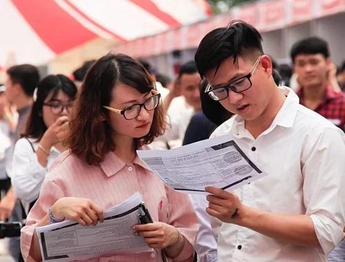 Sinh viên tìm kiếm cơ hội việc làm tại Ngày hội việc làm năm 2019 tại Đại học Công nghiệp Hà Nội. Ảnh: Dương Tâm.
