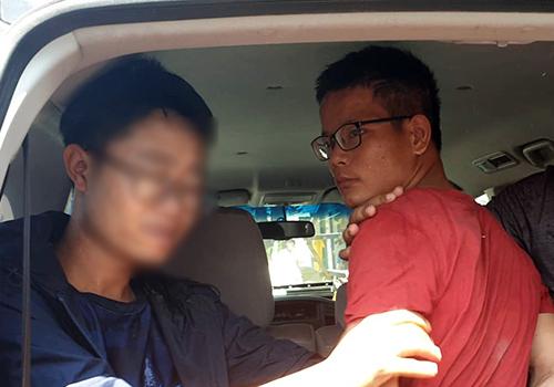 Nghi phạm Lực (áo đỏ) bị công an Liên Chiểu bắt giữ ngay sau khi gây án. Ảnh: T.L.