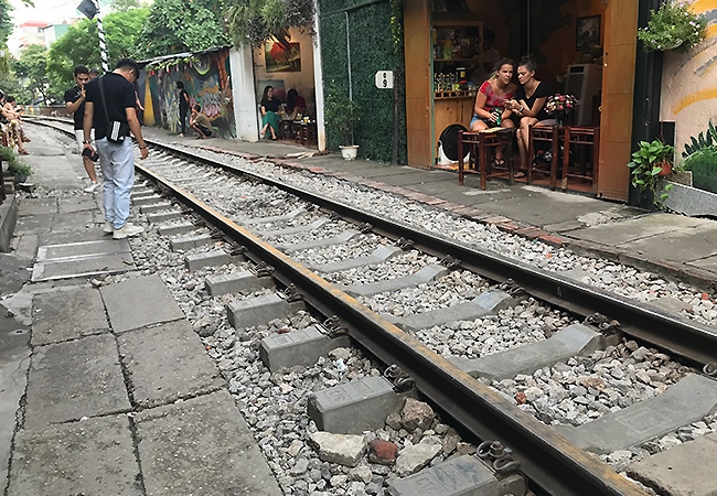 Các hộ dân làm lối đi thu hẹp nền đường sắt. Ảnh: Anh Duy.