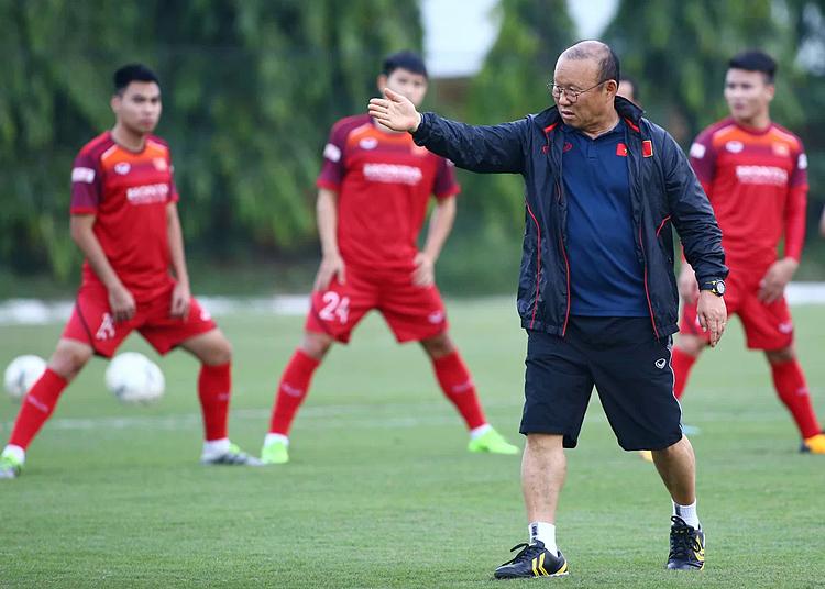 HLV Park Hang-seo tỏ ra căng thẳng trong buổi tập chiều 7/10 tại Trung tâm đào tạo bóng đá trẻ VFF, nhất là khi đội tuyển Malaysia xuất hiện. Ảnh: Lâm Thỏa.