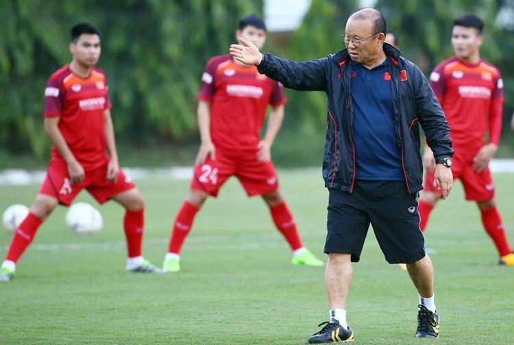 HLV Park Hang-seo đăm chiêu trên sân tập cùng các học trò. Ảnh: Lâm Thỏa.