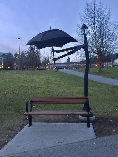 Có ô đây rồi! Đừng ngại mưa nắng mà hãy đến ngồi cạnh tôi nhé!