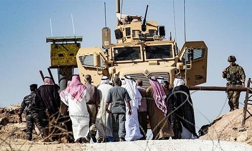 Dân thường người Kurd tụ tập ở ngoại ô thị trấn Ras al-Ain, gần biên giới Thổ Nhĩ Kỳ. Ảnh: AFP.