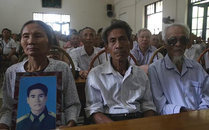 Từ trái qua, người đại diện của ông Thám, ông Trinh, ông Đệ tại buổi xin lỗi sáng 9/10. Ảnh: Phạm Dự.