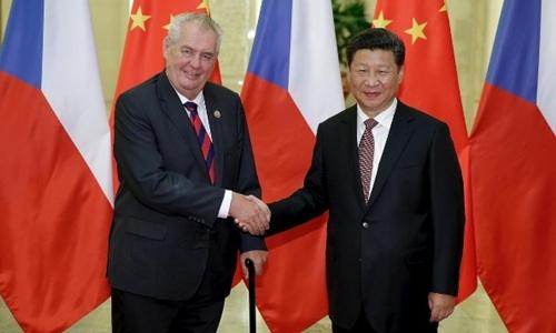 Tổng thống Cộng hòa Czech Milos Zeman (trái) và Chủ tịch Trung Quốc Tập Cận Bình tại Bắc Kinh tháng 9/2015. Ảnh: Reuters.