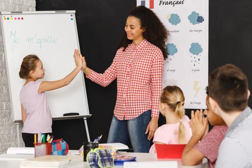 Giáo viên và học sinh trong một giờ học ở Pháp. Ảnh: Shutterstock