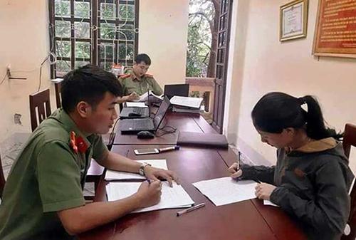 Bà Phan lúc được cơ quan an ninh mời tới làm việc.