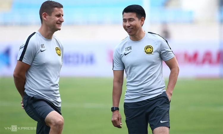 Chưa từng thắng Việt Nam dưới trướng HLV Park Hang-seo, nhưng Tan Cheng Hoe (phải) tỏ ra rất thoải mái khi cùng Malaysia chuẩn bị đấu hôm nay. Ảnh: Lâm Thỏa.