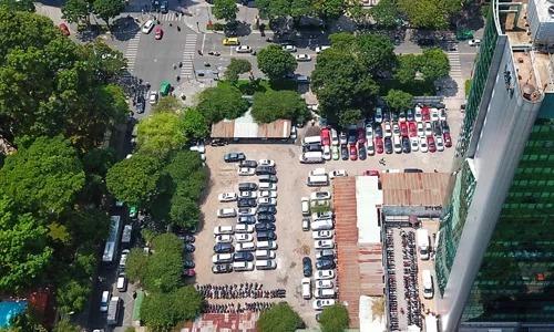 Lô đất 5.000 m2 đã được giao để triển khai dự án từ nhiều năm nay nhưng hiện vẫn làm bãi đỗ xe. Ảnh: Như Quỳnh.