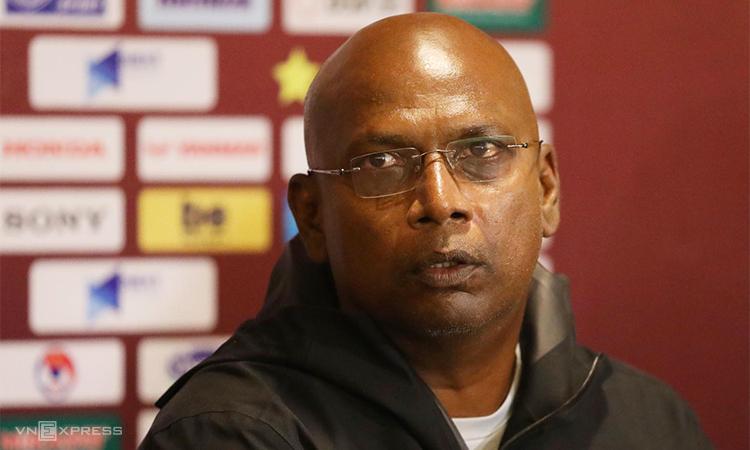 Trợ lý Balachandran từ chối tiết lộ lý do HLV Tan Cheng Hoe không dự họp báo sau trận. Ảnh: Ngọc Thành.
