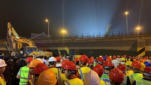 Sập cầu cạn Trung Quốc, ba ôtô bị nghiền nát - ảnh 3