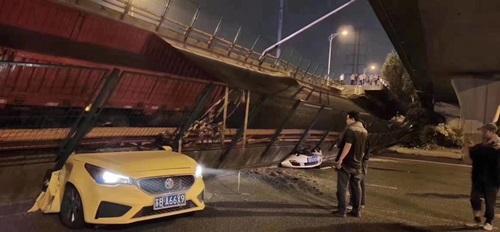 Sập cầu cạn Trung Quốc, ba ôtô bị nghiền nát - ảnh 2