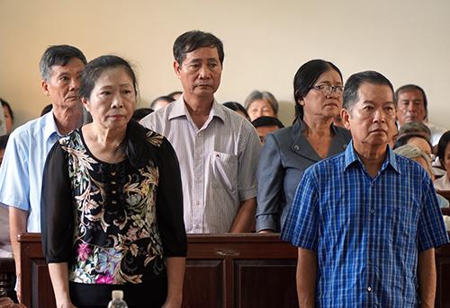 Bị cáo Minh (áo xanh) cùng các bị cáo tại phiên toà. Ảnh: Phước Tuấn