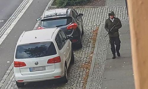 Cánh cửa cứu nhiều người vụ xả súng ngoài giáo đường - ảnh 2