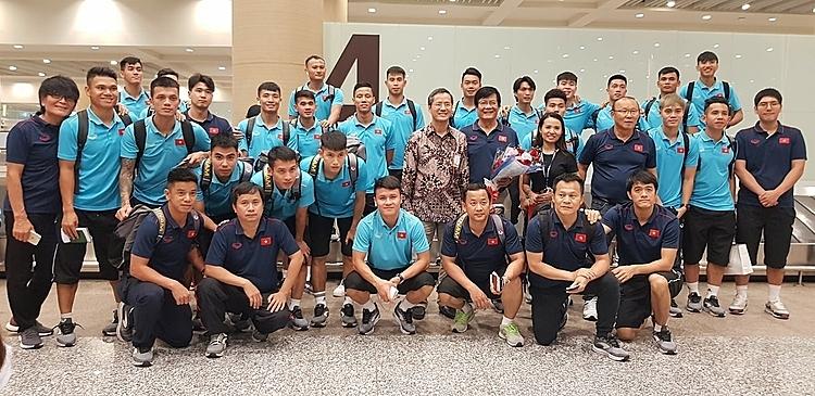 Tuyển Việt Nam đến Indonesia sau hành trình 11 tiếng