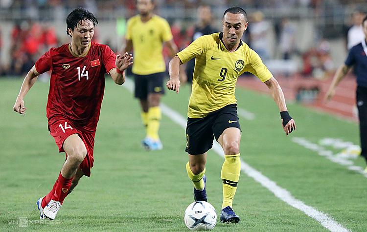 Tuấn Anh (14) hôm quathi đấu năng nổ trước Malaysia nhưng sau hiệp một phải nghỉ vì chấn thương. Ảnh: Ngọc Thành.