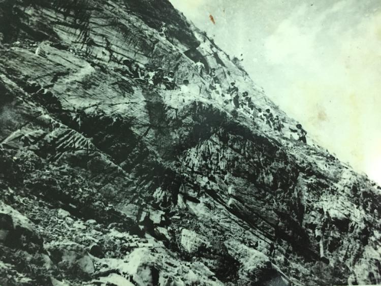 Đội thanh niên cảm tử treo mình trên vách núi mở đường qua Mã Pì Lèng. Ảnh tư liệu