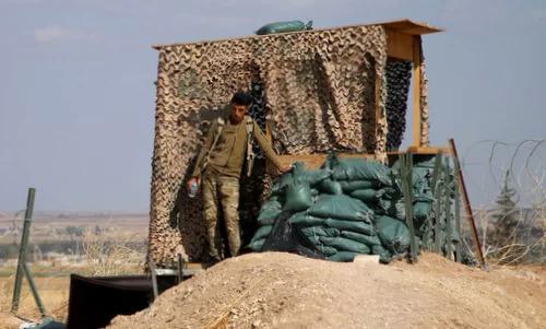 Dân quân người Kurd tại một chốt gác ở miền bắc Syria sau khi Mỹ rút quân hôm 7/10. Ảnh: AFP.