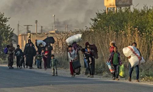 Người dân Syria sơ tán khỏi khu vực bị Thổ Nhĩ Kỳ pháo kích hôm 9/10. Ảnh: AFP.
