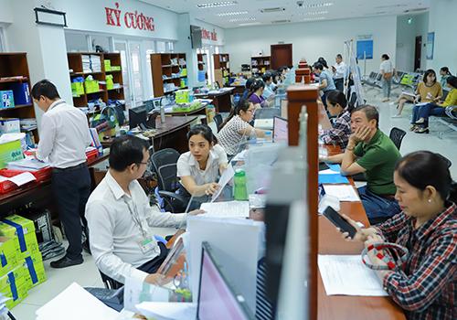 Công chức làm việc tại khu vực 1 cửa của Trung tâm hành chính Đà Nẵng. Ảnh: Nguyễn Đông.
