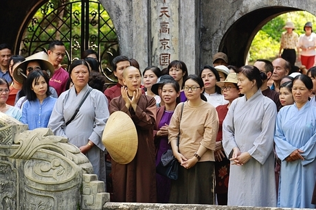 Đông đảo phật tử chờ trong chùa Từ Hiếu đểmừng thiền sư Thích Nhất Hạnh 93 tuổi. Ảnh: Võ Thạnh.