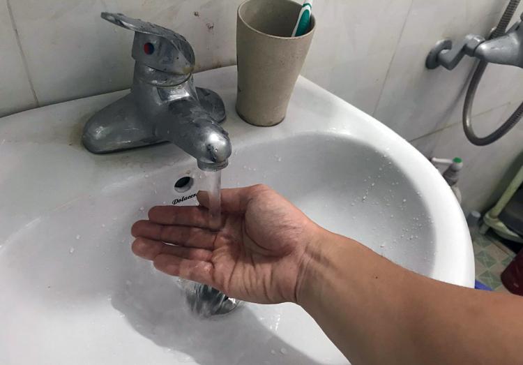 Nhiều người dân phản ánh nước sạch dùng cho sinh hoạt của gia đình có mùi lạ. Ảnh: Thành Chung.