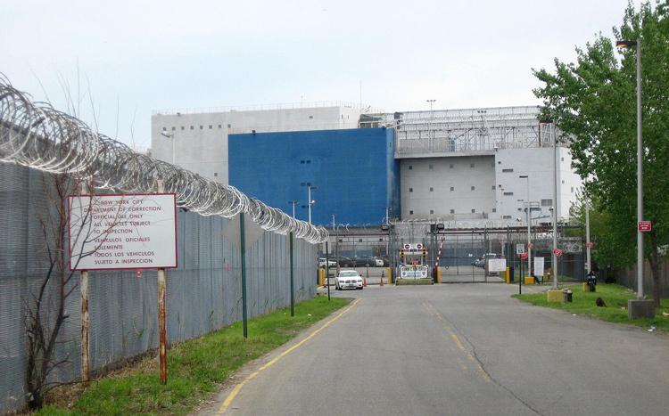 Cổng vào sà lan nhà tù. Ảnh: Jim Henderson/Wiki Commons.
