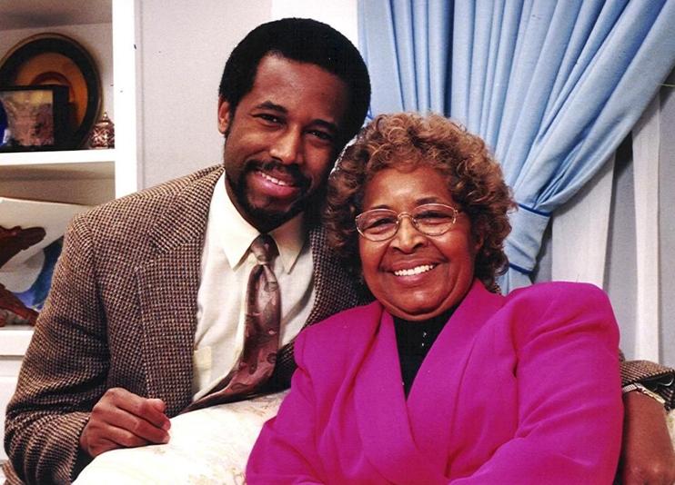Benjamin Carson chụp ảnh cùng mẹ, Sonya Carson. Ảnh: Soul Magazine.