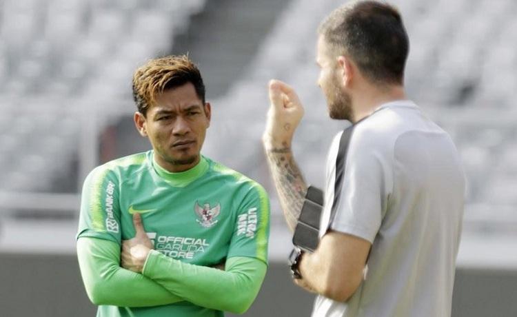 WawanHendrawan để lọt lưới 5 bàn và mắc sai lầm nghiêm trọng ở trận thua UAE. Ảnh: Bola.