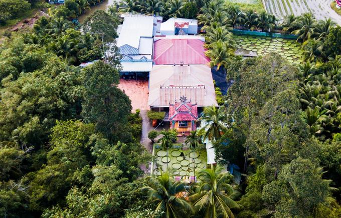 Ngôi chùa hơn trăm tuổi cho khách đứng trên lá sen