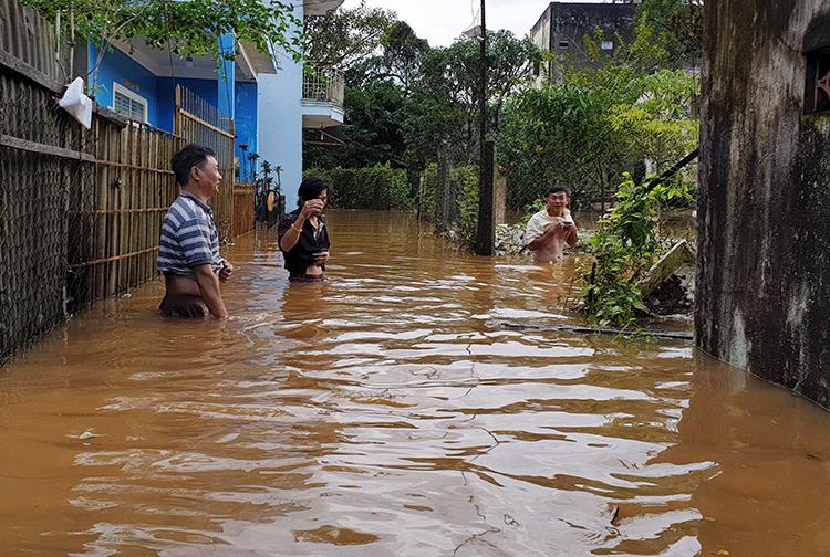 Con hẻm trên đường Lê Văn Tám bị nước nhấn chìmcả mét. Ảnh: Hoài Thanh.