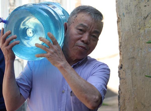 Cuộc sống hàng nghìn hộ dân đảo lộn vì nước có mùi lạ - ảnh 3